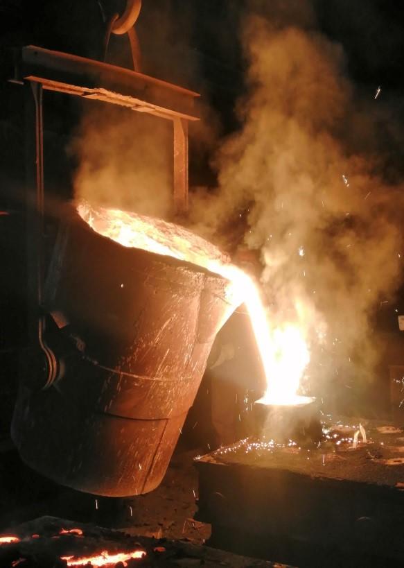 【无锡铸造厂】25吨打桩机配套铸件活塞顺利完成浇注